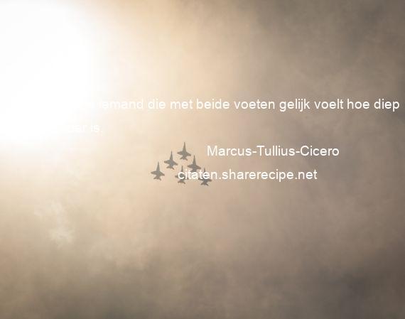 Citaten Cicero : Marcus tullius cicero een gek is iemand die met beide voeten